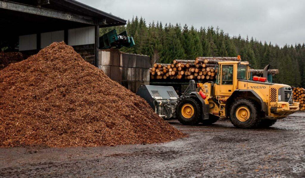 Hjullastare vid bark på Bjernareds Sågverk